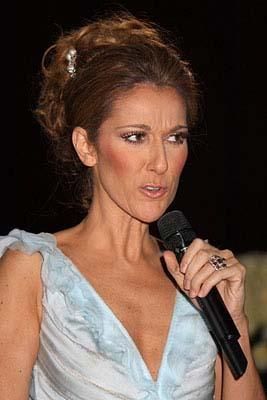 Gençlik yıllarında hafif balıketi olmasına rağmen daha hoş görünen Celine Dion, aşırı zayıflayınca işte bu hale geldi.